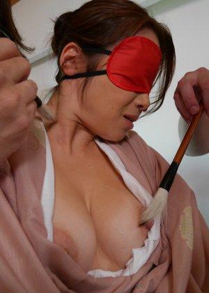 Опытная азиатка с мохнатой киской берет в рот не большой член дружка - фото 43