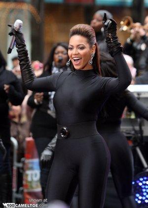 Певица Beyonce выступает на публике в сексуальном черном костюме - фото 7
