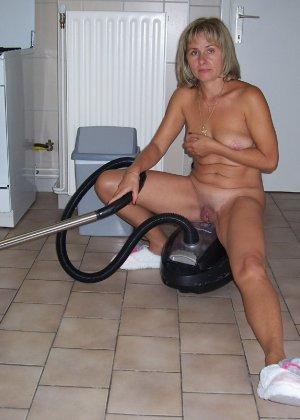 Голая дом работница показывает свое обнаженное тело - фото 9