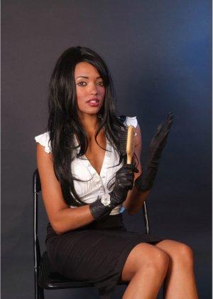 Сексапильная брюнетка работает секретаршей, она медленно снимет с себя блузку и оголит свои дойки - фото 2
