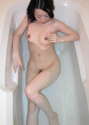 Китайская красотка в ванной совращает зрителей своими формами - фото 12