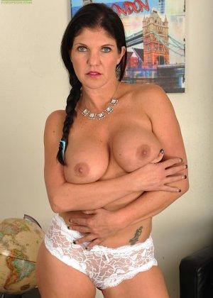 Коралэйн Джевел – сексуальная брюнетка с большими буферами, которая знает все свои самые выгодные ракурсы - фото 6