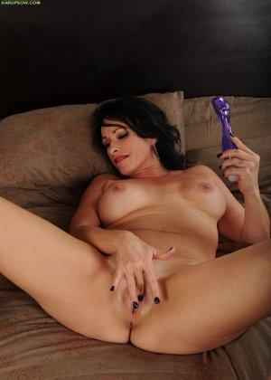 Брэкстон Кай – зрелая брюнетка, которая обнажается перед всеми, а затем развлекается с секс-игрушкой - фото 16