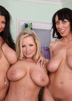 Три аппетитные самки оголят свои гладковыбритые пезды, аппетитные лесбиянки покажут свои задницы - фото 11