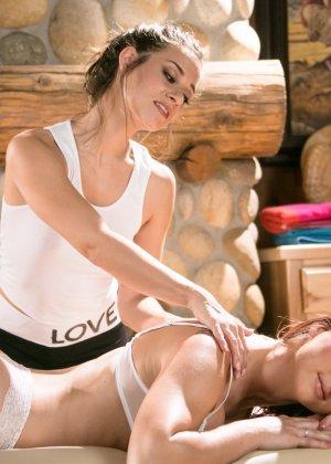 Лесбиянки тоже кайфуют от эротического массажа, именно так развлекаются симпатичные женщины - фото 3