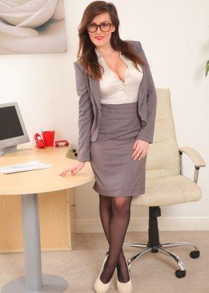 Шарлотта Роуз – шикарная секретарша, которая знает себе цену и показывает все самые лучшие части тела - фото 1