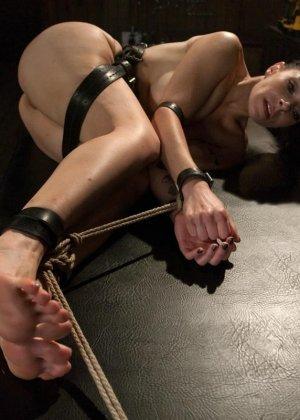 БДСМ от привлекательной брюнетки, ее свяжут и между ног вставят мощный вибратор - фото 13