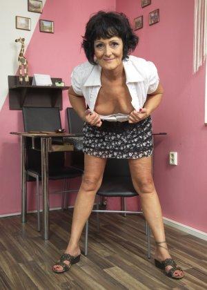 Женщина в возрасте очень хочет секса, поэтому с удовольствием позирует перед камерой с вибратором - фото 6
