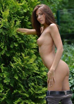 На свежем воздухе длинноногая худышка Michaela Isizzu показывает голенькое тельце - фото 5