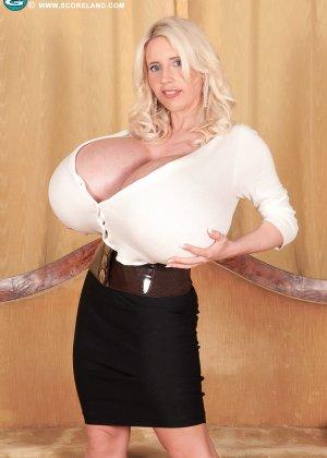 Блондинка с не натуральной грудью вывалила её на осмотр фотографу - фото 7