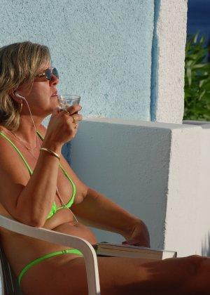 Отдых на море в эротических фото зрелой дамы на крутой фотик - фото 15
