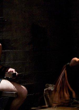Брюнетка в латексе занимается жестокой еблей с незнакомым мужиком - фото 16
