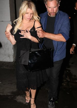 Развратную блондинистую актрису проводит к машине её хахаль - фото 11