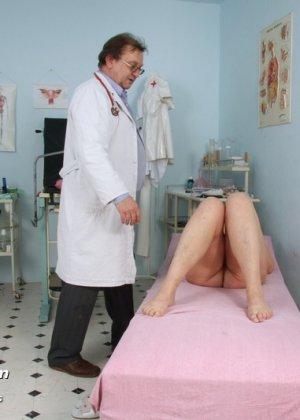 Зрелая женщина предлагает рассмотреть себя опытному врачу и он с удовольствием принимается за дело - фото 5