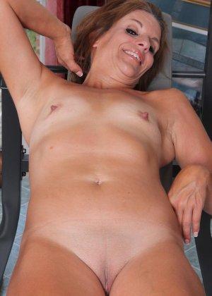 Женщина в зрелом возрасте показывает, как для нее важно сохранять идеальную форму с помощью спорта - фото 7