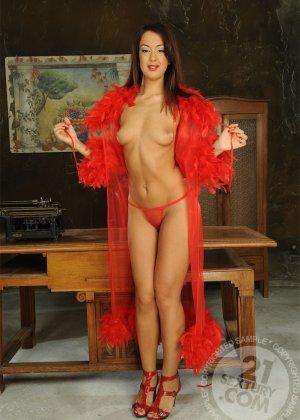 Развратная азиатка в красном платье ебется с таксистом и шефом в офисе - фото 4