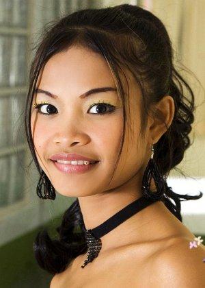 Тайская худенькая девушка на высоких каблуках и в черных трусиках - фото 2
