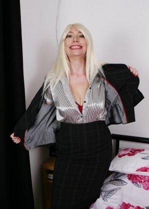 Хотя женщина уже немолода, но все же хочет почувствовать себя желанной и участвует в фотосессии - фото 4