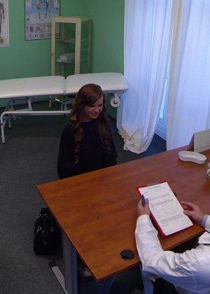Озабоченный молодой доктор ебет своих пациенток не снимая с них трусиков - фото 15