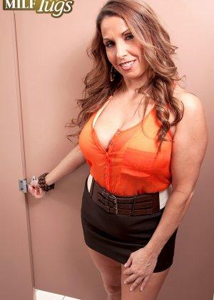 Дама с большой грудью предложила пареньку качественный отсос - фото 3