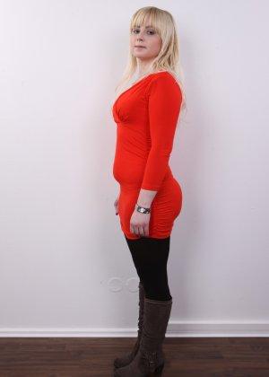 Блондинку на кастинге заставили оголить свое не очень красивое тело - фото 4