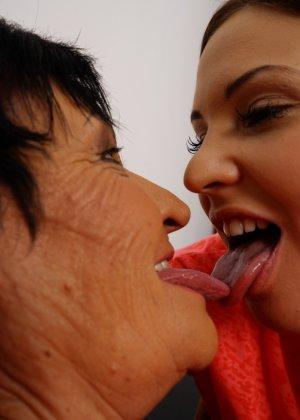 Опытная дамочка обучает молодую девушку различным ласкам - фото 16- фото 16- фото 16