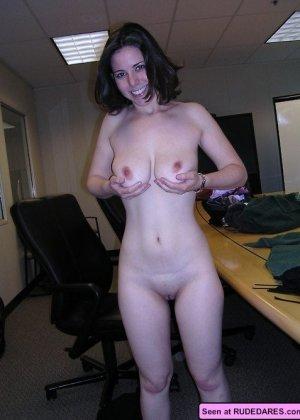 Голые девки демонстрируют свои красивые тела и втроем отсасывают большой член - фото 2