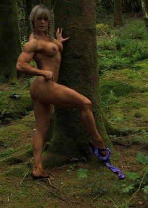 В лесной чаще можно насладиться подтянутым телом женщины, которая занимается бодибилдингом - фото 6