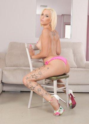 Молодую блондинку с влажной промежностью на диване жарят два перца - фото 2