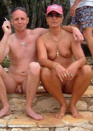 Фотографии с нудистских фото сессий: раскованные девушки и парни не стесняются своих голых тел - фото 11