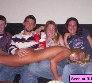 Когда девушки напиваются, то с удовольствием показывают свои бритые пезды абсолютно всем - фото 13