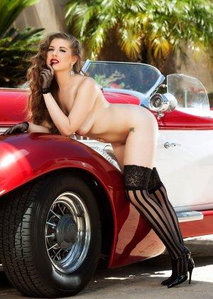 Кучерявая девушка с красными губами показывает свою натуральную грудь - фото 11