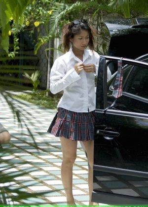 Страстная мексиканка в голом виде заменяет  колесо на машине - фото 1
