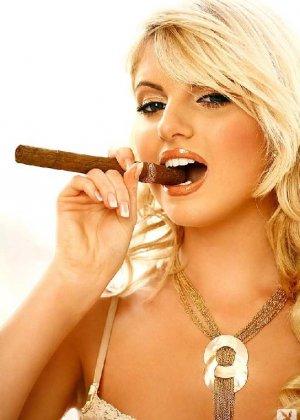 Гламурная блондинка снимает с себя трусики и показывает свою милую пизду - фото 2