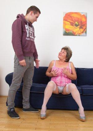 Пожилая женщина оказывается в обществе молодого парня и дает себя трогать во всех местах - фото 9