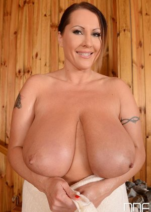 Лаура Орсоля обладает весьма пышным бюстом, который она демонстрирует перед всеми свое превосходство - фото 2