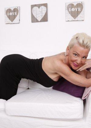 Зрелая блондинка спустив с себя трусики занимается соблазнением молодых - фото 7