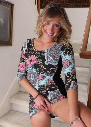 Веселая и игривая блондинка пальчиками трогает розовую промежность - фото 9
