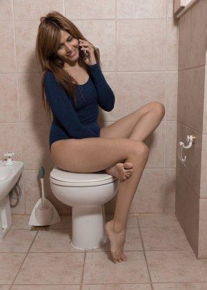 В туалете молоденькая плоская девчонка демонстрирует горячую мохнатку - фото 1