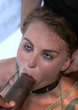 На публике грубо трахают татуированную блондинку с маленькими сиськами - фото 7