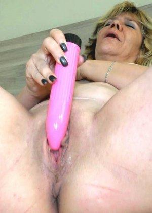 Две зрелые женщины развлекаются с вибраторами, и им это явно очень нравится - фото 2- фото 2- фото 2