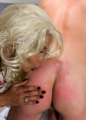 Настоящая блондинка пришила себе хуй на место вагины и трахается с мужиками - фото 14