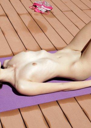 Молоденькая телочка принимает различные позы для того, чтобы трахать себя как можно глубже - фото 3