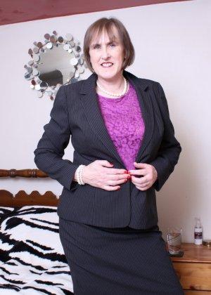 Британская зрелая женщина показывает себя, но старается сохранить некоторую загадку - фото 3
