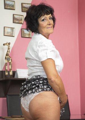 Женщина в возрасте очень хочет секса, поэтому с удовольствием позирует перед камерой с вибратором - фото 11