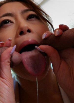 Опытная азиатка с мохнатой киской берет в рот не большой член дружка - фото 48