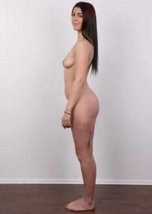 Очень красивая молодая девушка оголяет свое красивое тело перед камерой - фото 10