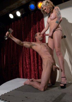 Блондинка у которой большой хуй занимается анальной еблей м незнакомым - фото 2