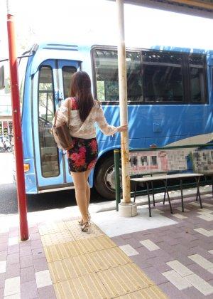 Жесткая порно модель на публике в автобусе занимается сквиртингом - фото 8