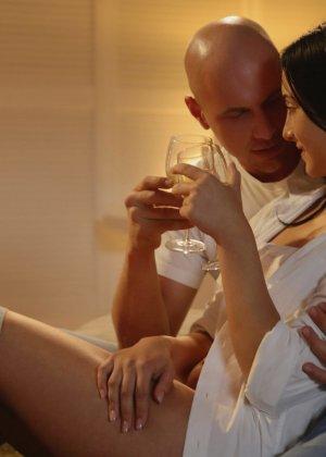 Лысый паренек занимается красивым сексом с сексуальной брюнеткой - фото 1